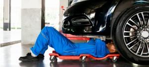 mecanico-arreglando-auto